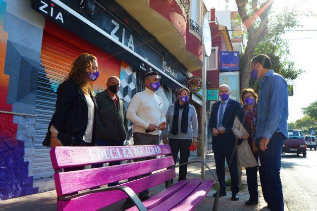 Los bancos se tiñen de lila en Las Torres de Cotillas con motivo del día contra la violencia de género - 1, Foto 1