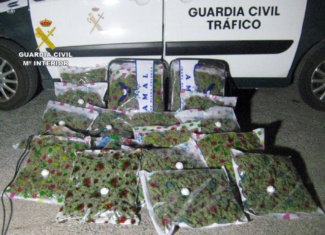 La Guardia Civil sorprende a un conductor con 22,6 kilos de marihuana en Yecla - 3, Foto 3