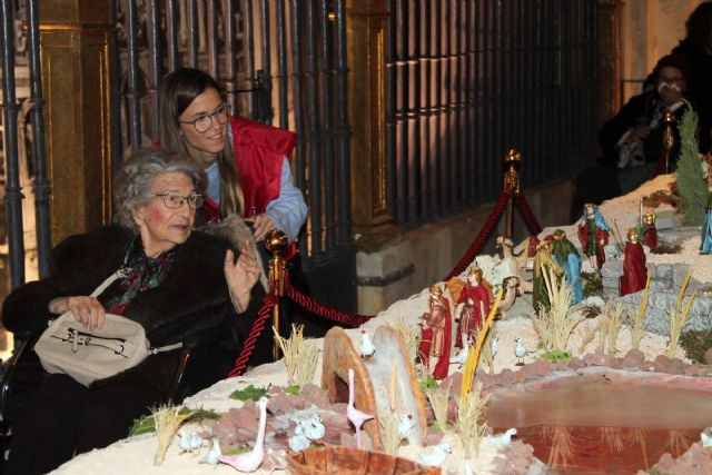 Fundación FADE acerca a los mayores de la residencia San Basilio a los belenes de Murcia - 1, Foto 1
