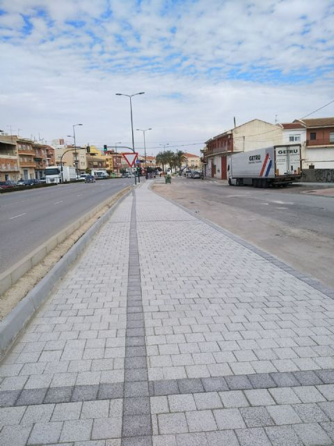 They complete the paving works of sidewalks and parterres in the section that was missing from the Juan Carlos I avenue to adapt the urban crossing, Foto 2