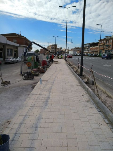They complete the paving works of sidewalks and parterres in the section that was missing from the Juan Carlos I avenue to adapt the urban crossing, Foto 3