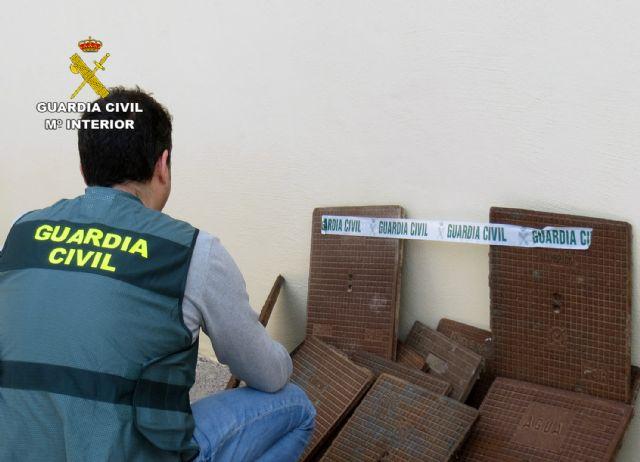 La Guardia Civil detiene/investiga a dos personas dedicadas a la sustracción de tapas de alcantarillado - 2, Foto 2