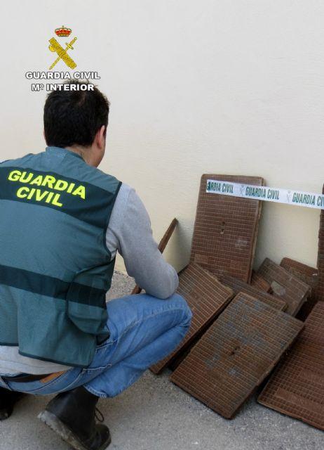 La Guardia Civil detiene/investiga a dos personas dedicadas a la sustracción de tapas de alcantarillado - 3, Foto 3