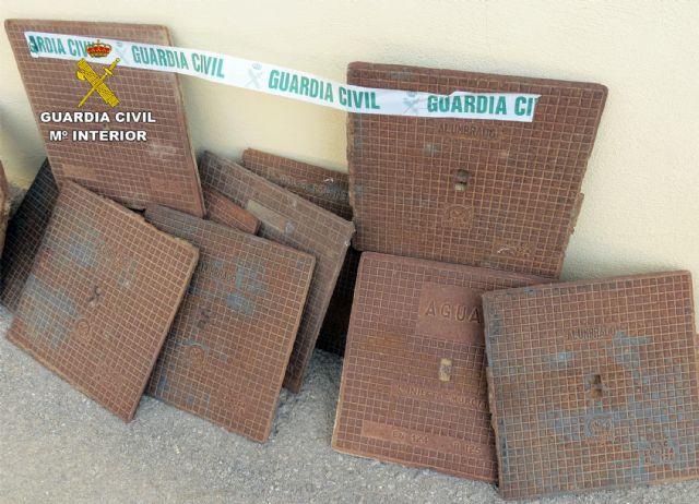 La Guardia Civil detiene/investiga a dos personas dedicadas a la sustracción de tapas de alcantarillado - 4, Foto 4