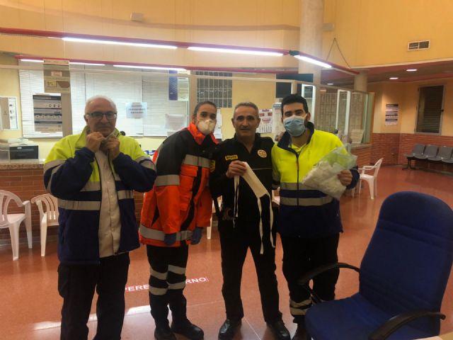 Comerciantes y vecinos de Fuente Álamo se vuelcan en la elaboración de mascarillas para profesionales sanitarios - 2, Foto 2
