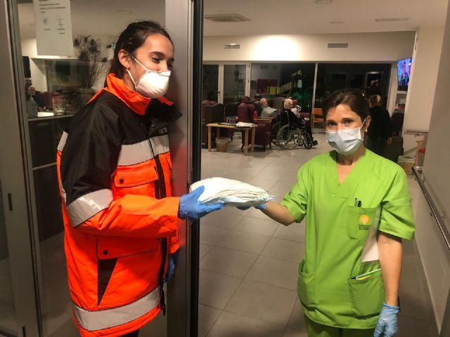 Comerciantes y vecinos de Fuente Álamo se vuelcan en la elaboración de mascarillas para profesionales sanitarios - 3, Foto 3