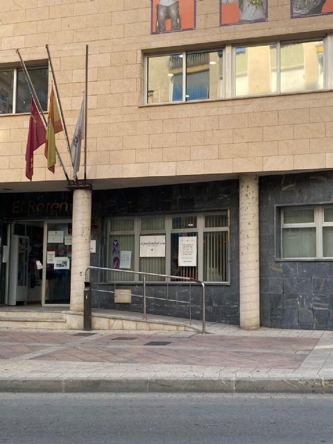 Minuto de silencio en memoria de las personas fallecidas por COVID-19, hoy miércoles 27 de mayo, a las 12.00 horas, en la Plaza de España - 1, Foto 1