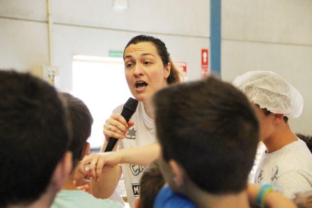 La chef María José Martínez enseña a cocinar en el campus 'Más que basket 2018', Foto 1