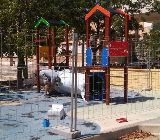 Sustituyen el pavimento de caucho de la zona de juegos infantiles del parque