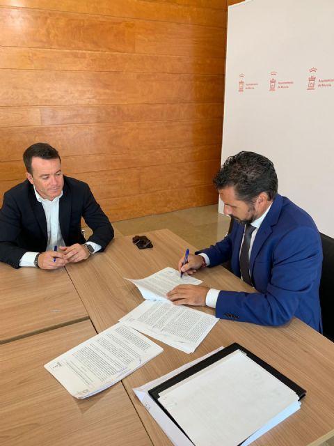 Mario Gómez, responsable de contratación, firma el nuevo contrato de mantenimiento, conservación y restauración de jardines, arbolado, medianas y rotondas - 1, Foto 1