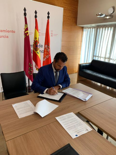 Mario Gómez, responsable de contratación, firma el nuevo contrato de mantenimiento, conservación y restauración de jardines, arbolado, medianas y rotondas - 3, Foto 3