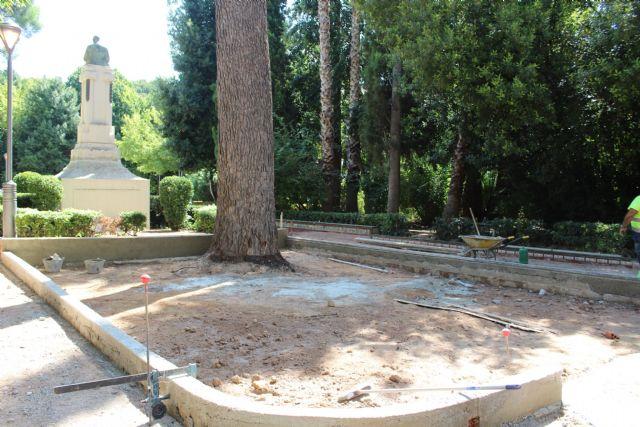 El parterre de la estatua de Roque Martínez, en la Plaza del Rey Don Pedro, está siendo reconstruido - 1, Foto 1