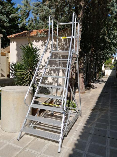 El Ayuntamiento renueva las papeleras y las escaleras públicas móviles del Cementerio Municipal - 1, Foto 1