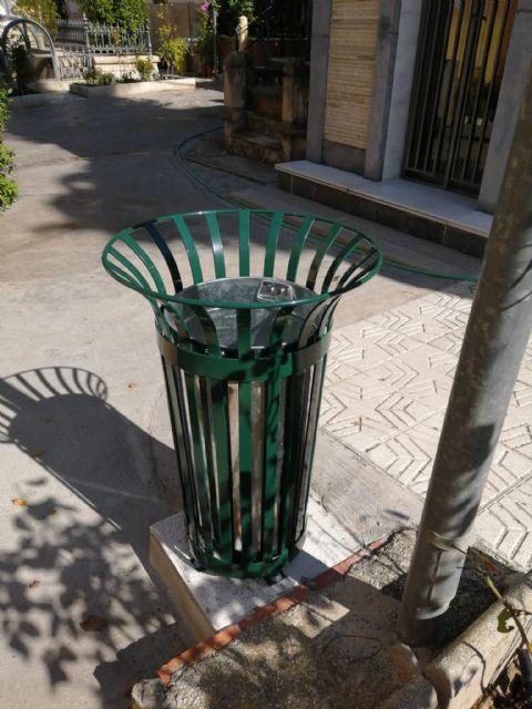 El Ayuntamiento renueva las papeleras y las escaleras públicas móviles del Cementerio Municipal - 2, Foto 2