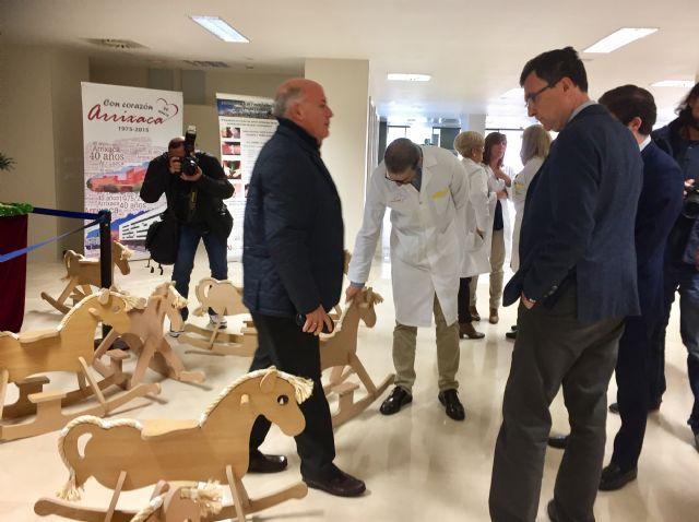 La Escuela Taller del Ayuntamiento dona 42 caballitos de madera al área materno-infantil de La Arrixaca - 2, Foto 2