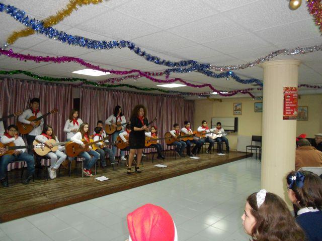 El Centro de Día de Persona Mayores celebra su fiesta de Navidad con la actuación del Grupo musical de Ana - 2, Foto 2