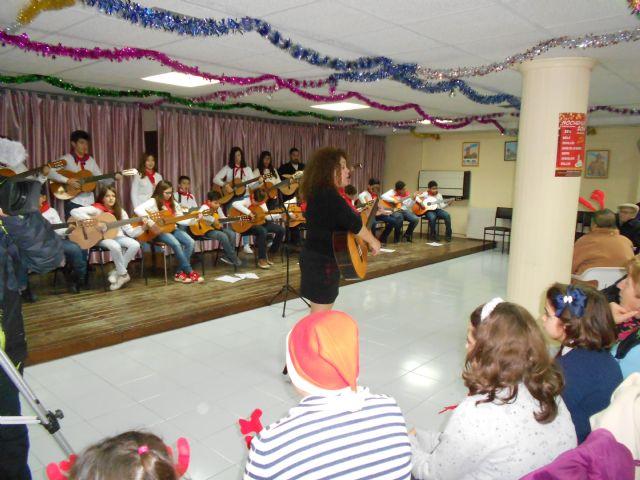 El Centro de Día de Persona Mayores celebra su fiesta de Navidad con la actuación del Grupo musical de Ana - 3, Foto 3