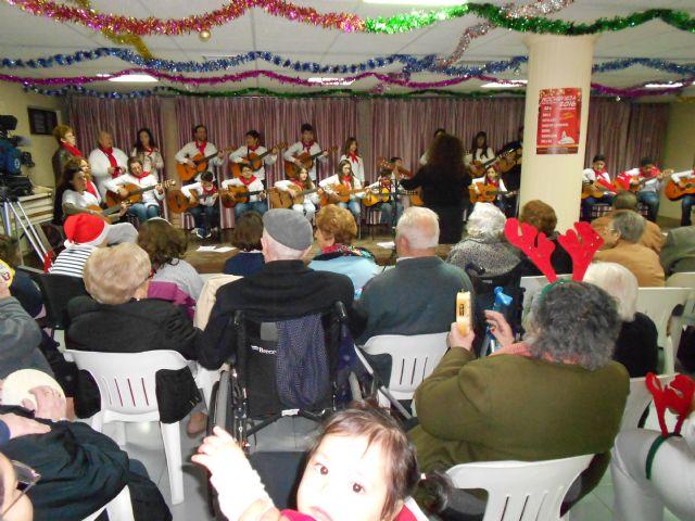 El Centro de Día de Persona Mayores celebra su fiesta de Navidad con la actuación del Grupo musical de Ana - 5, Foto 5