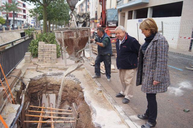 Prosiguen las obras de acondicionamiento en uno de los muros de la rambla de La Santa para evitar filtraciones al cauce