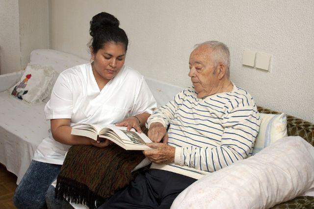 Las personas dependientes de Alhama contarán con más recursos para la atención de ayuda a domicilio, Foto 1