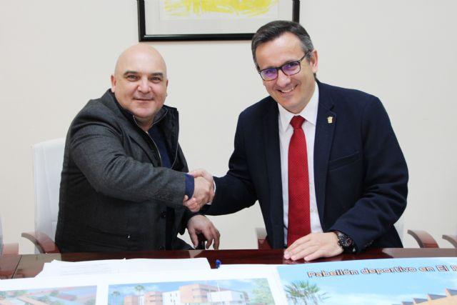 El Ayuntamiento de Alhama y la empresa El Ciruelo firman un convenio para la construcción del nuevo pabellón deportivo en El Praíco, Foto 1