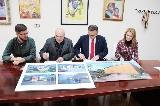 El Ayuntamiento de Alhama y la empresa El Ciruelo firman un convenio para la construcción del nuevo pabellón deportivo en El Praíco, Foto 3