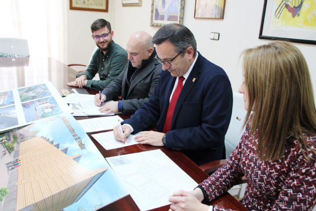 El Ayuntamiento de Alhama y la empresa El Ciruelo firman un convenio para la construcción del nuevo pabellón deportivo en El Praíco, Foto 4