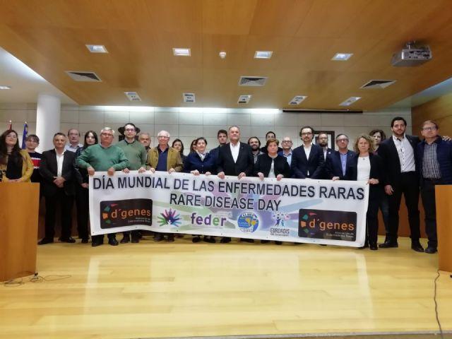 La Corporación municipal escenifica su adhesión y apoyo institucional al Día Mundial de las Enfermedades Raras