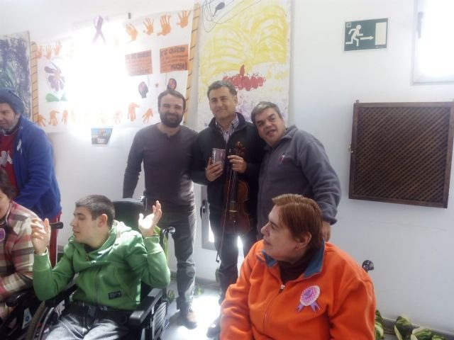 The Orchestra gives a concert La Dolorosa users of the two day centers occasion of Easter, Foto 3