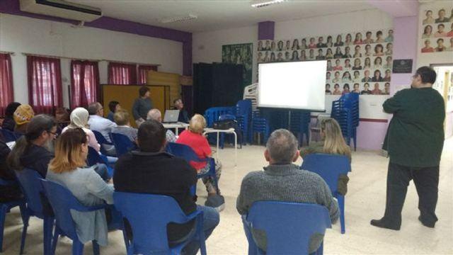 Servicios Sociales explica a los vecinos de la Barriada Virgen de la Caridad como solucionar sus necesidades en materia de vivienda - 1, Foto 1
