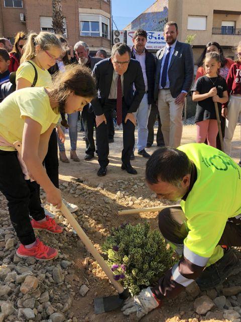 Los alumnos del colegio Francisco Noguera llevan a cabo una plantación multitudinaria en la Vía Verde - 1, Foto 1
