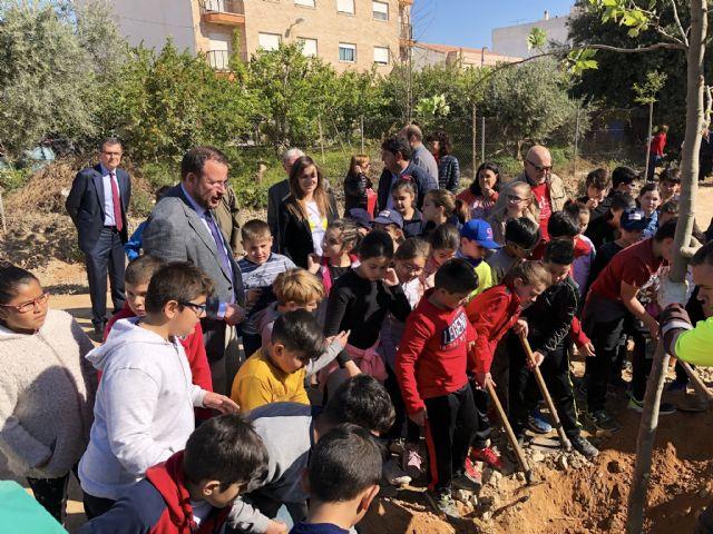 Los alumnos del colegio Francisco Noguera llevan a cabo una plantación multitudinaria en la Vía Verde - 2, Foto 2