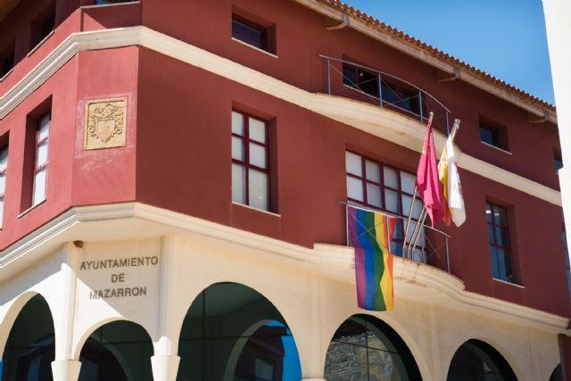 La bandera LGTB ondea en la fachada del ayuntamiento - 1, Foto 1