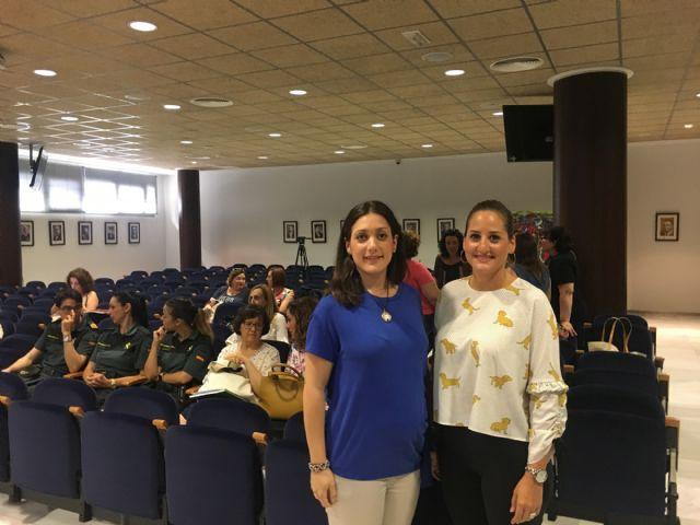 La directora general de Mujer, Alicia Barquero explica los nuevos recursos en materia de violencia de género en la reunión de la Mesa Local de Coordinación sobre la materia - 1, Foto 1
