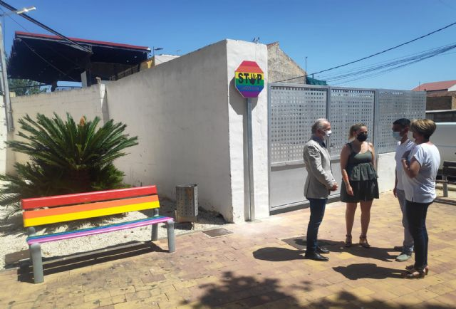 Bancos y señales arcoíris en Las Torres de Cotillas en apoyo de la diversidad sexual - 1, Foto 1