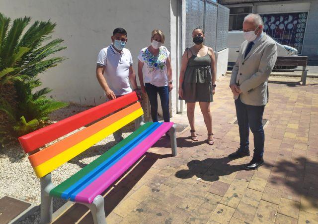 Bancos y señales arcoíris en Las Torres de Cotillas en apoyo de la diversidad sexual - 2, Foto 2