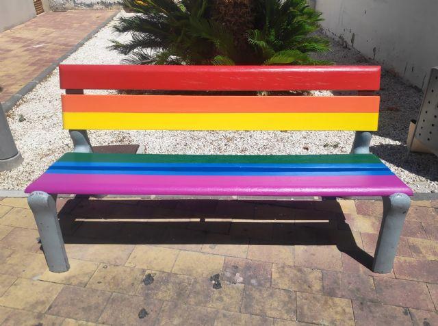 Bancos y señales arcoíris en Las Torres de Cotillas en apoyo de la diversidad sexual - 3, Foto 3