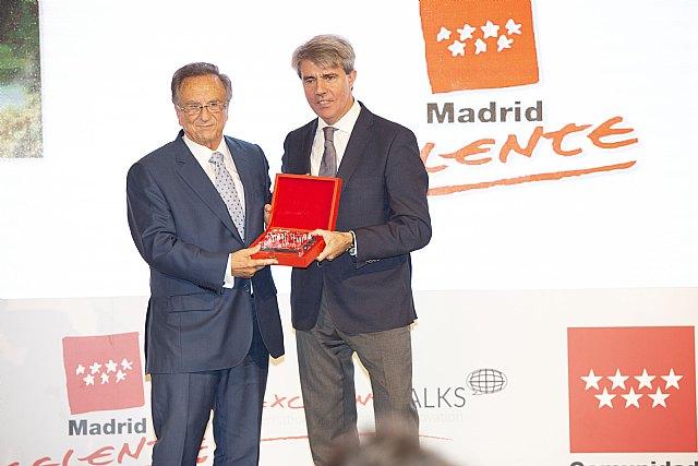 Tomás Fuertes, recoge el premio a la Excelencia de la Persona de la mano del presidente de la Comunidad de Madrid, Foto 1