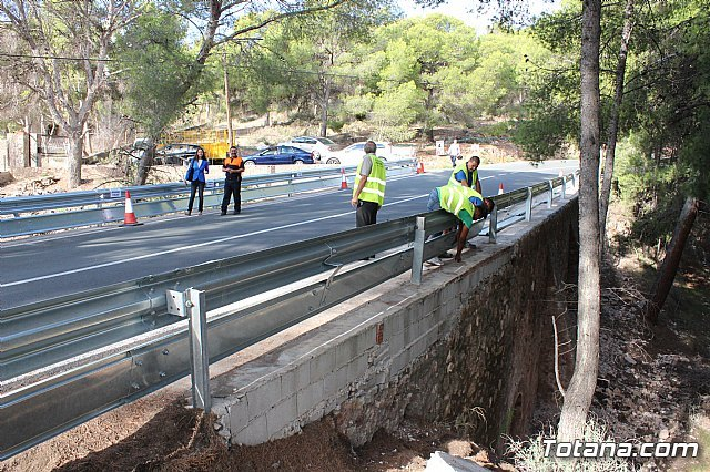They undertake works to replace the security barrier on a steep curve of the RM-502, known as La Santa highway