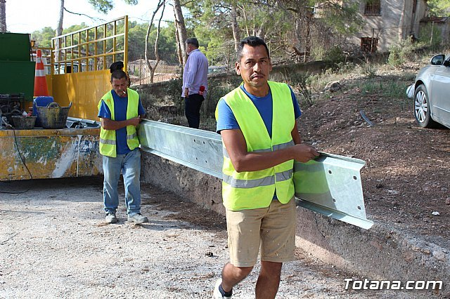 They undertake works to replace the security barrier on a steep curve of the RM-502, known as La Santa highway, Foto 3