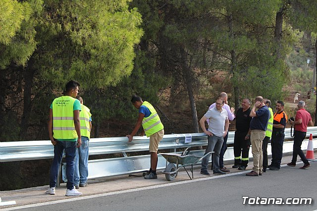 They undertake works to replace the security barrier on a steep curve of the RM-502, known as La Santa highway, Foto 4