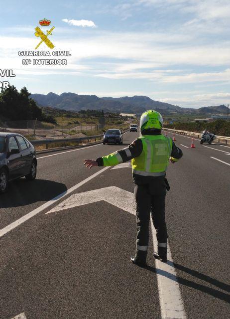 La Guardia Civil investiga al conductor de un ciclomotor que circulaba en sentido contrario por la autovía - 1, Foto 1