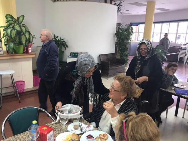 Las castañeras visitan el Servicio de Estancias Diurnas del Centro de Día para Personas Mayores Dependientes de la plaza Balsa Vieja