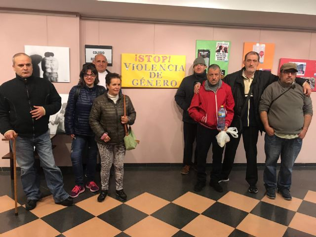 Users of the Day Center for People with Mental Illness of the City Hall visit the exhibition against Gender Violence, Foto 3