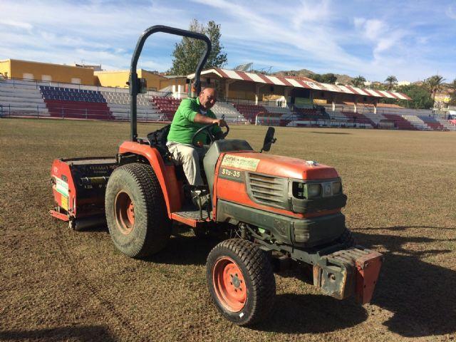 Realizan trabajos de resiembra en el estadio municipal Juan Cayuela para garantizar su mantenimiento - 2, Foto 2