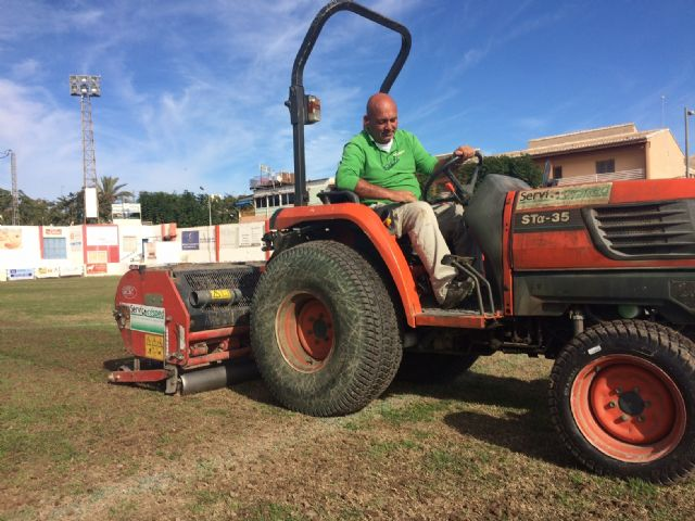 "They carry out reseeding work in the municipal stadium ""Juan Cayuela"" to guarantee its maintenance, Foto 3"