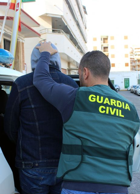 La Guardia Civil desmantela una organización criminal dedicada a la trata de seres humanos con fines de explotación laboral, Foto 2