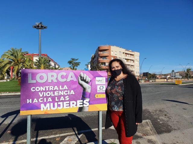 El Ayuntamiento instala carteles con el mensaje 'Lorca contra la violencia hacia las mujeres' en los accesos al término municipal - 1, Foto 1