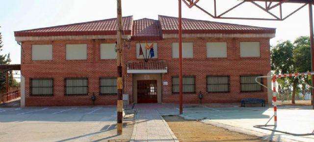 El PSOE de Campos del Río recuerda a la Dirección General de Centros de la Comunidad Autónoma la necesidad de retirar las placas de amianto en la cubierta del CEIP San Juan Bautista - 1, Foto 1