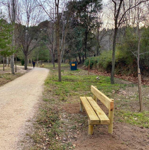 El Ayuntamiento suprime zonas de merenderos en las Fuentes del Marqués, al tiempo que repone bancos rotos y coloca nuevos para el descanso en el paseo - 3, Foto 3